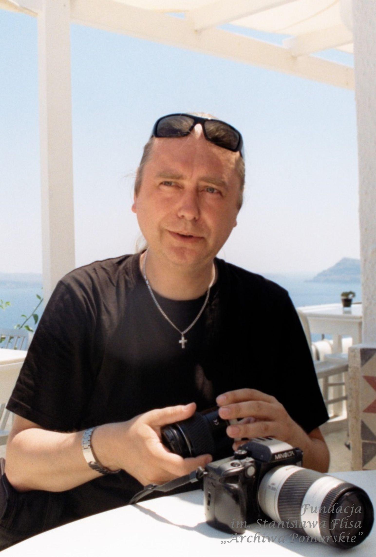 2012 r. Z nieodłącznym aparatem fotograficznym w Oia na Santorini.